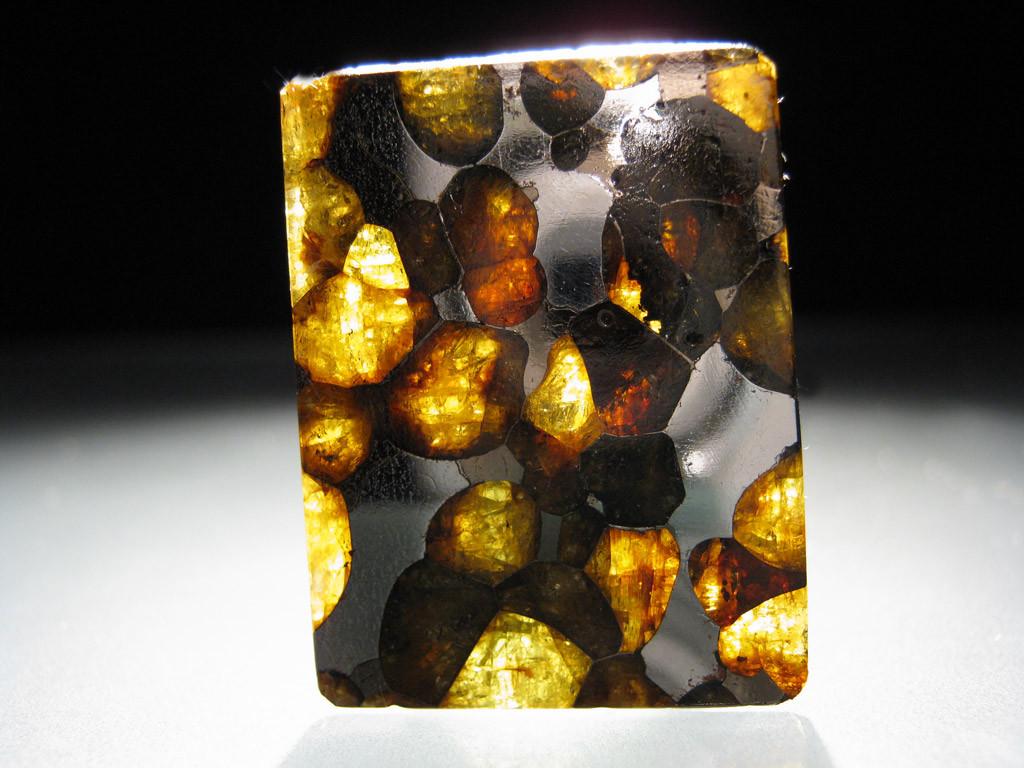 Brenham - pallasyt. W pallasytach (należących do grupy meteorytów żelazno kamiennych) - frakcja metaliczna występuje razem z pięknymi kryształami oliwinów. Źródło zdjęcia:   http://www.carionmineraux.com/