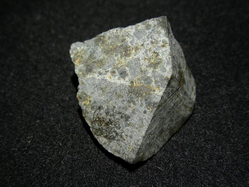 Ensisheim-chondryt-LL6. Nieliczne, spękane chondry, niejednorodna litologia oraz niska zawartość żelazo-niklu sprawiają, że na pierwszy rzut oka ciężko znaleźć w tym okazie typowe cechy meteorytowe.  Źródło zdjęcia:   www.carionmineraux.com/