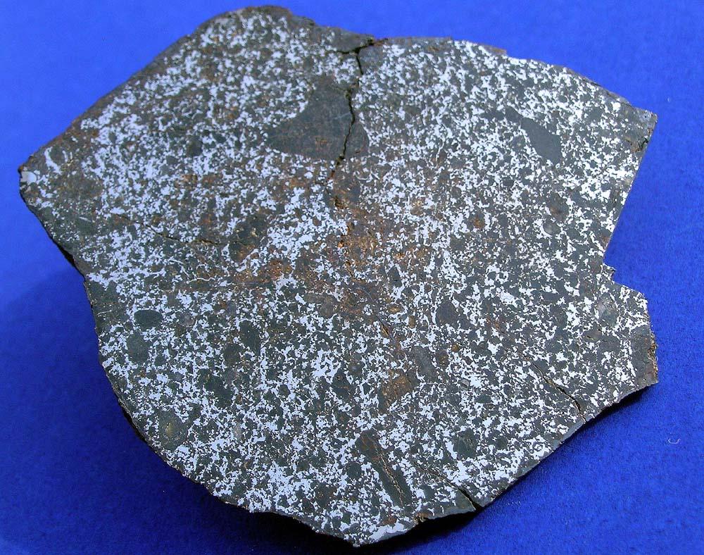 Mezosyderyt - Crab-Orchard. Duża ilość frakcji magnetycznej, znacznie więcej niż w chondrytach - występuje w meteorytach żelazno kamiennych. O ile w pallasytach jest ona mocno skupiona, to mezosyderyty (jak ten na zdjęciu) zawierają ją w formie mocno rozdrobnionej. Źródło zdjęcia:   http://www.meteoritehunter.com/