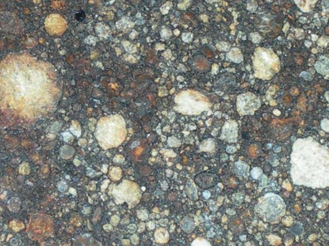 """NWA-2089-chondryt-LL3. I kolejny chondryt o bardzo niskiej zawartości frakcji metalicznej. Tym razem jednak widzimy cudowne i bardzo wyraźne chondry, typowe dla chondrytów typu """"3"""".  Źródło zdjęcia:   http://www.pallasite.ca/"""