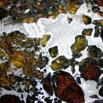 Przy większych skupiskach żelazo-niklu można pokusić się o wytrawienie okazu - dzięki czemu uwidocznimy figury Widmanstattena.