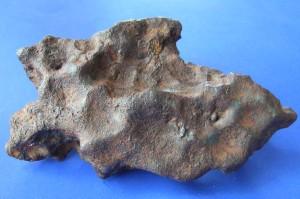 Glorietta Mountain - Pallasyt.  Okazy pallasytów mogą przed oczyszczeniem do złudzenia przypominać metoryty żelazne. Niemniej - jak na tym okazie - może się okazać że pojedyncze kryształy oliwinów są widoczne od razu na powierzchni. Źródło zdjęcia:   http://www.meteoritehunter.com/