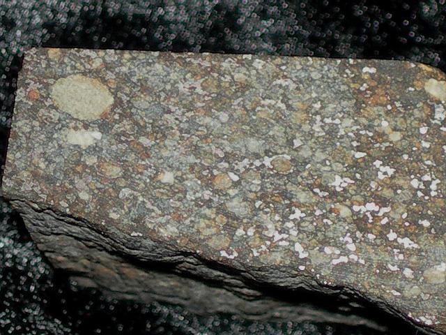 Seres-Chondryt-H4. Typowy obraz chondrytu zwyczajnego grupy H - sporo frakcji metalicznej doskonale widocznej po wypolerowaniu okazu. Źródło zdjęcia:   http://pallasite.ca/