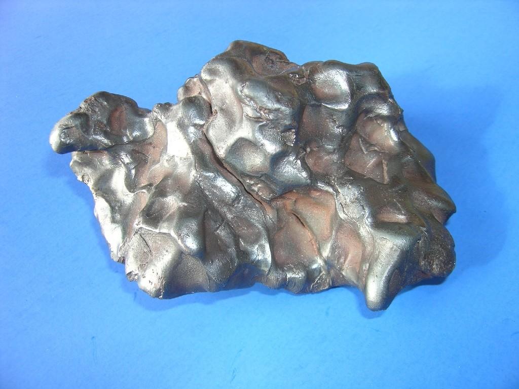 Sikhote Alin - żelazny. Sikhote Alin - żelazny. Wyczyszczone okaz meteorytu żelaznego z widoczne wgłębieniami (regmagliptami) o różnej głębokości. Źródło zdjęcia:   http://www.carionmineraux.com/