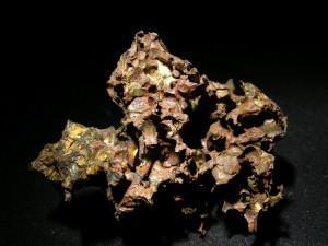 Krasnojarsk - pallasyt . Duża zawartość metalu w meteorytach żelazno-kamienny powoduje, że z wiekiem rdzewieją. Zależnie od warunków atmosferycznych i wieku okazów ten proces postępuje z różną prędkością. W tym pallasycie pomimo silnego zwietrzenia wciąz ładnie widać kryształy oliwinu. Źródło zdjęcia:   http://www.carionmineraux.com/