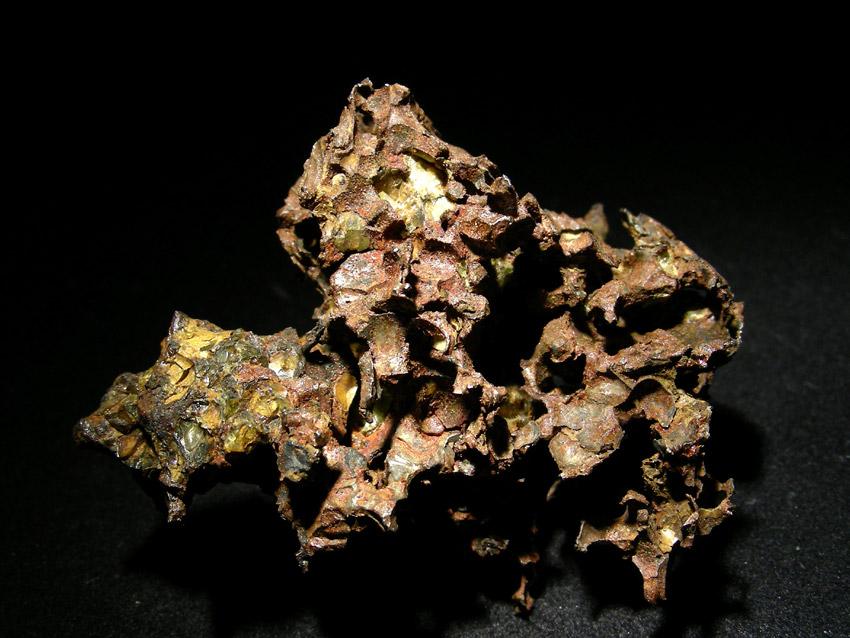 Krasnojarsk - pallasyt. Wysoka zawartość żelaza powoduje, że stare meteoryty potrafią być mocno zwietrzałe.  Źródło zdjęcia:   http://www.carionmineraux.com/